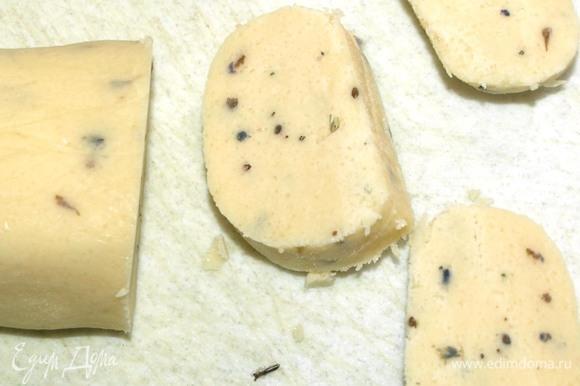 Духовку разогреть до 160–170°C. Тесто достать из холодильника и нарезать на кружочки. Кружочки режем не меньше 1,5 см.