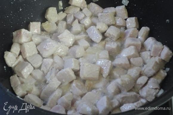 Добавить к луку мясо и тушить все вместе, помешивая, пока мясо полностью не изменит цвет.