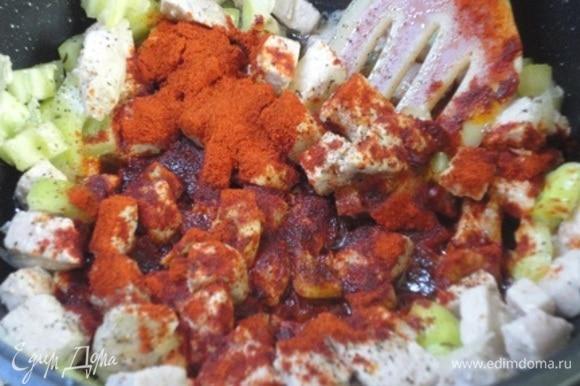 Добавить болгарский перец. Снять мясо на минуту с огня. Это делается перед добавлением паприки. Важно следить, чтобы паприка не подгорела, ведь она тогда придаст блюду горечь. Добавьте тмин и паприку, хорошо перемешайте, чтобы она хорошо прогрелась от тепла стенок посуды и продуктов, которые уже тушились или жарились. Паприка лучше раскрывает свой аромат при «нежном» нагревании.