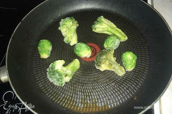 На небольшом количестве подсолнечного масла на среднем огне под закрытой крышкой обжариваем чеснок, брокколи и брюссельскую капусту, пока последние две не станут мягкими.