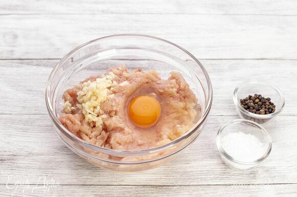 Добавьте яйцо, измельченный чеснок, соль и перец.