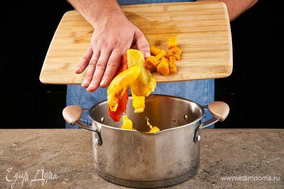 Снимите с перцев кожицу, удалите семена и перегородки. Порубите их и добавьте в кастрюлю. Несколько ломтиков оставьте для подачи.