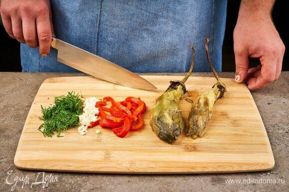 С запеченных овощей снимите кожицу. Перец нарежьте соломкой. Чеснок и укроп мелко порубите.