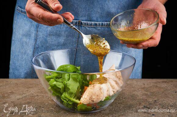 В салатник выложите порванные листья шпината, запеченную тыкву и нарезанную курицу. Заправьте салат соусом.