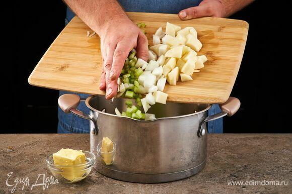 Растопите сливочное масло в глубоком сотейнике. Обжарьте нарезанные овощи.