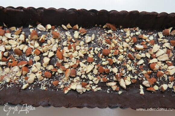 По желанию можно посыпать дно молотым печеньем, сухарями или орехами.
