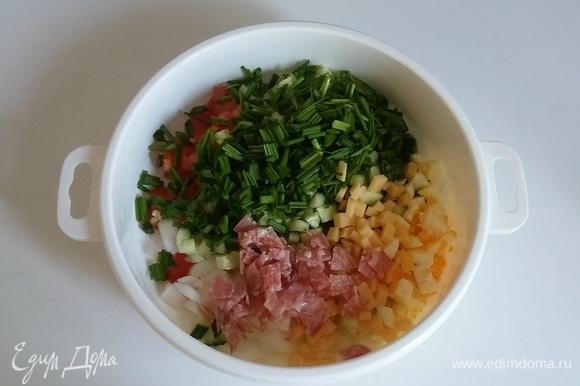 Все ингредиенты салата сложить в глубокую емкость, посолить, поперчить и перемешать.
