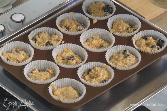 Разложить тесто в формочки для маффинов и выпекать в разогретой духовке 15–20 минут.