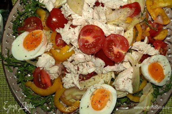 Куриные яйца очистить, разрезать на две половинки. Курицу нарезать как вам удобно. Раскладываем сверху на салат. Сверху добавляем свежемолотый перец и соль по желанию.
