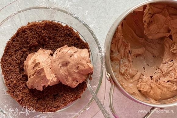 Выложить на 1 часть бисквита крем (оставить часть крема для обмазывания торта снаружи).