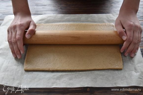 Охлажденное тесто раскатать в прямоугольник толщиной 5 мм и размером 20 х 30 см.