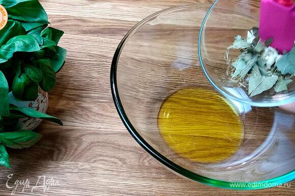 Приступаем к приготовлению маринада. Берем чеснок, режем на небольшие слайсы и складываем все в миску. Добавляем лавровый лист и немного сушеного розмарина.