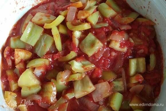 На растительном масле обжарить лук 3 минуты, добавить чеснок, через минуту — перец. Обжаривать минут 10, добавить помидоры и дать потушиться еще минут 5.