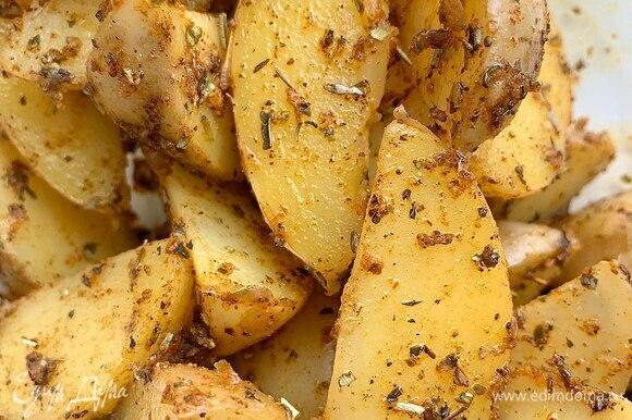 Перемешайте специи с картофельными дольками и дайте постоять им около 10 минут.
