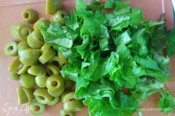 Лист салата промыть и нарезать. Оливки нарезать произвольно.