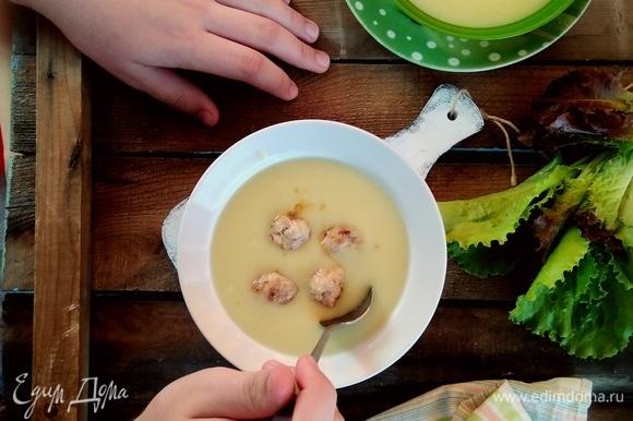 Разлить суп по тарелкам, сверху выложить фрикадельки. Подавать с зеленым салатом и овощами. Приятного аппетита!
