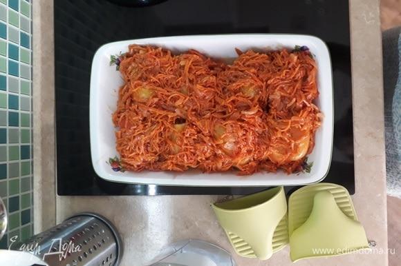 Через 30–40 минут достаю лоток с перцами из духовки. Переворачиваю перчики, иначе сторона, на которой лежит перчик, будет твердая. Выкладываю поверх перцев морковь с луком. Отправляю в духовку еще на 30 минут.