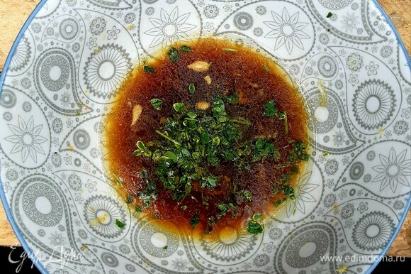 Для заправки смешать 2 ст. л. соевого соуса, 1 ст. л. оливкового масла, 1/2 ч. л. меда, цедру лимона, 1 ст. л. лимонного сока, мелко натертый зубчик чеснока и рубленый свежий лимонный тимьян. Перемешать.