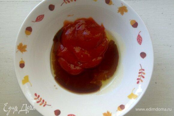 Соединить в миске ингредиенты для маринада: острый томатный соус, мед, гранатовый и соевый соусы, соль. Перемешать. Если у вас не оказалось острого томатного соуса, то можно использовать обычную томатную пасту, развести водой до состояния пюре и добавить острый красный перец. Или же можно использовать острый кетчуп.