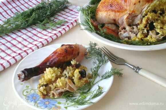 Разделить курицу на порции, украсить зеленью. Угощайтесь! Приятного аппетита!