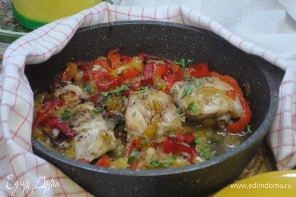 Готовому блюду дать постоять минут 10, посыпать петрушкой и подавать.