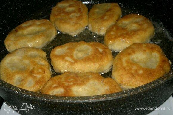 В сковороде разогреть растительное масло. Выложить часть пирожков и обжарить с одной стороны до румяности. Перевернуть на другую сторону и также обжарить до румяного цвета. Пожарить все пирожки. Готовые пирожки выкладывать на бумажное полотенце.
