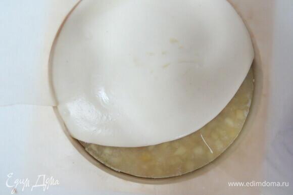 Прежде чем добавить сливки, приготовьте форму для сборки, достаньте из морозилки компоте с мятным кремю и бисквит. Торт собираем верх ногами. Выливаем на дно немного мусса, затем устанавливаем компоте с мятным кремю, сверху выливаем оставшийся мусс.