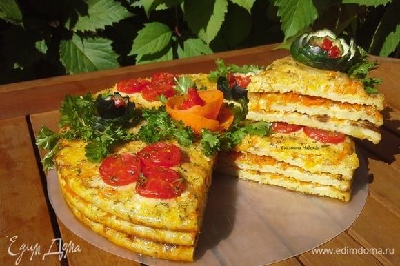Украсить зеленью петрушки и помидорами. Дать торту настояться (пропитаться) в прохладном месте несколько часов. Кабачковый торт готов!