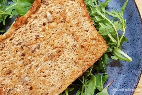 Обжарьте куски хлеба на сливочном масле до появления корочки.