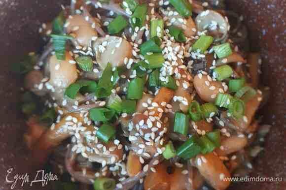Подавать с зеленым луком и зернами кунжута.