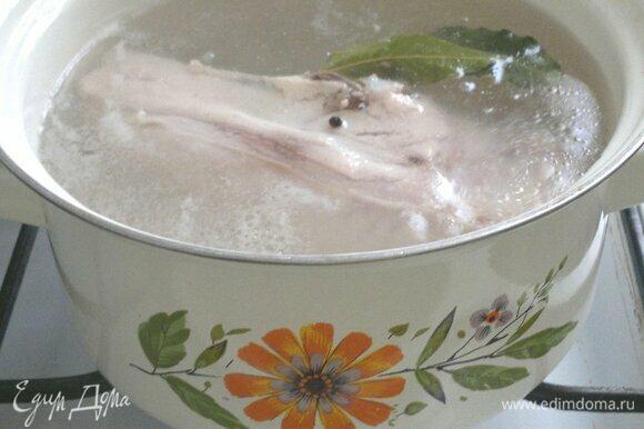 Куриное филе отварить до готовности. В середине варки посолить. Дать мясу остыть в бульоне.