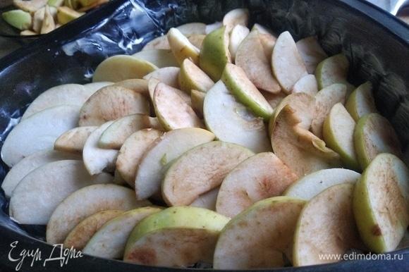 Смажьте противень для запекания сливочным маслом. Нарезать яблоки на дольки. Сверху вылить тесто. Далее посыпать сверху корицей. Поставить в разогретую духовку. Выпекать при температуре 180°C в течение 30 минут.