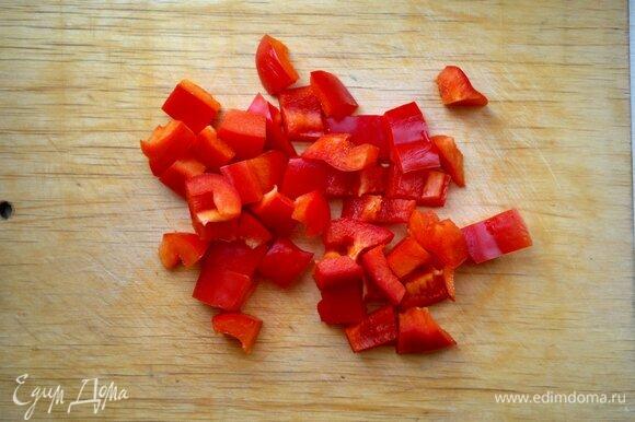 Сладкий перец очистить от плодоножки и семян, вымыть, обсушить, нарезать кусочками среднего размера.