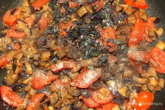 Добавляем мелкорубленый базилик, соль и перец. Перемешиваем. Готовим 1 минуту. Снимаем с огня.