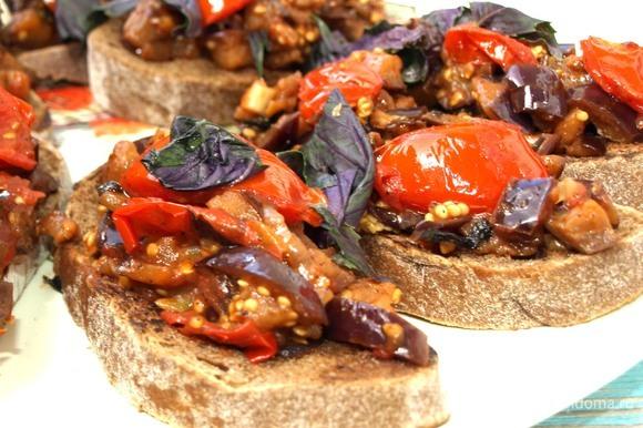 На хлеб выкладываем овощи, сверху добавляем свежий базилик. Опционально посыпаем сыром. Можно подавать к столу.