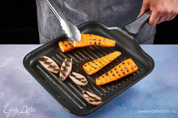 Разрежьте лук-шалот и морковь пополам. Положите срезом вниз на раскаленную сухую сковороду, обжарьте с двух сторон.