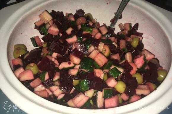 Заправить салат оливковым маслом и посолить, еще раз все перемешать.