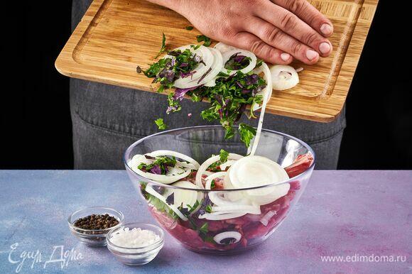 Мясо промойте и положите в глубокую миску. Овощи добавьте к мясу.