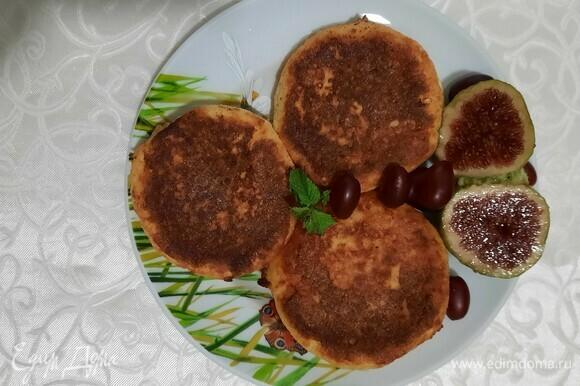 Подаем с фруктами, сметаной, медом или чем еще любите. Приятного аппетита!