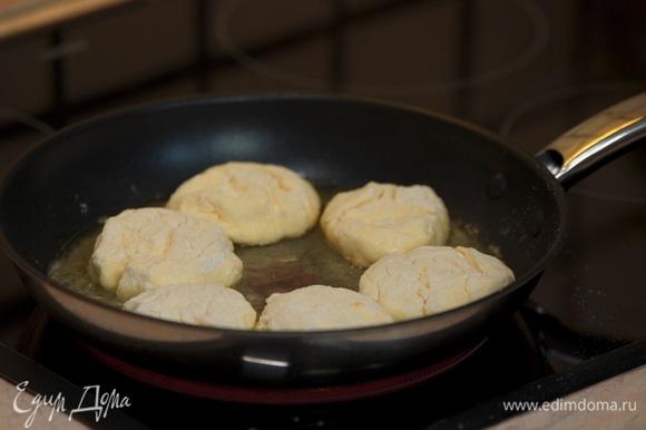 На разогретую сковородку выкладываем сырники.