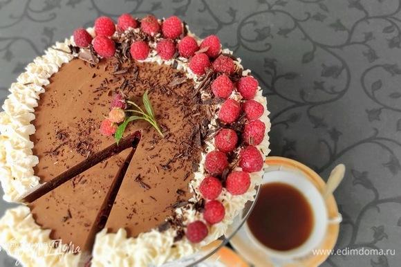 Торт не приторно-сладкий, союз шоколада с малиной очень выгодно сочетается со сливочными вкусами, а прослойка малинового желе придает желаемую кислинку.