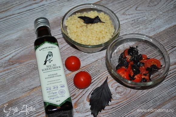 Пока перец запекается, помидоры черри нарежьте на половинки и перемешайте с чайной ложкой конопляного масла ТМ «Коноплянка». Добавьте свежий базилик, свежемолотый черный перец, половинку зубчика чеснока (мелко нарезанного) и чайную ложку лимонного сока, посолите по вкусу.