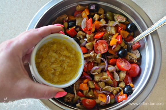 Готовые запеченные овощи переложите в миску, добавьте черри, маслины и каперсы, добавьте заправку и перемешайте.