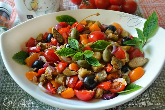 Готовый салат украсьте листиками мяты и подавайте к столу.