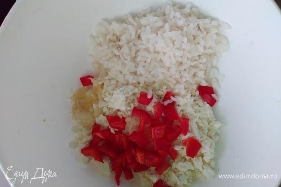 Половинку перца нарезать мелкими кубиками. Соединить с сыром. Добавить вареный рис. Посолить, поперчить по вкусу.