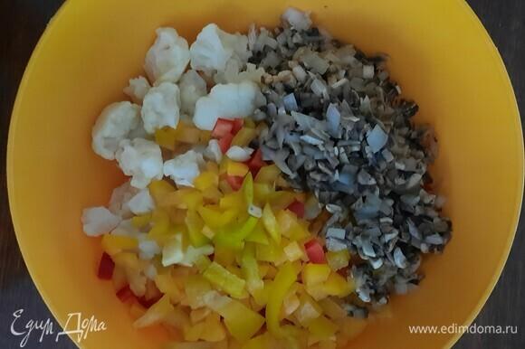 Цветную капусту отварите 5 минут. Добавляем все ингредиенты в миску: цветную капусту, нарезанный кубиком перец, грибы и отварную индейку, нарезанную кубиком. Солим и перчим по вкусу.