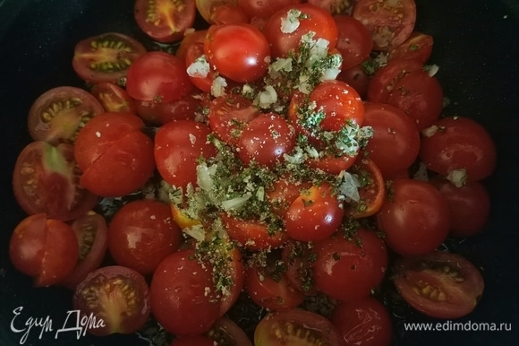 Пока рыба запекается, делаем гарнир. В сковороду наливаем немного оливкового масла, добавляем измельченный чеснок, помидоры и зелень, что мы отложили в начале, солим и обжариваем на слабом огне в течение 5–6 минут.