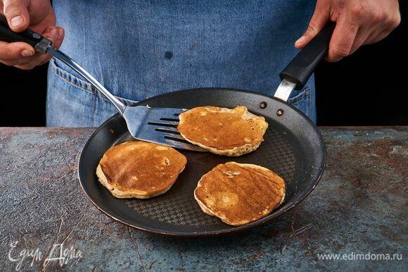 Сковородку смажьте растительным маслом и жарьте панкейки с обеих сторон на среднем огне.