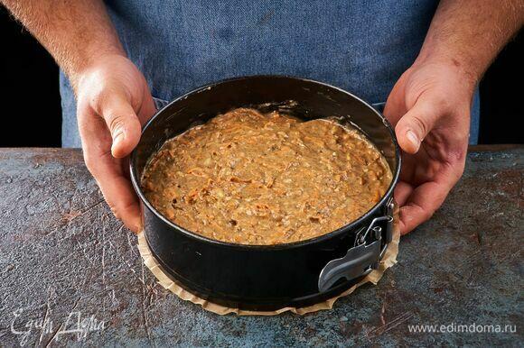 Выложите тесто в форму, застеленную пергаментом, и выпекайте в заранее разогретой духовке при 180°C около 50 минут.