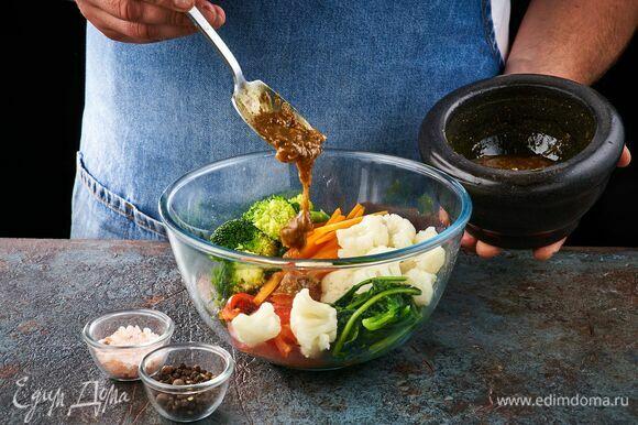 Кинзу и зеленый лук переложите в глубокую чашку, добавьте отварные овощи, перец, шпинат. Заправьте блюдо соусом.